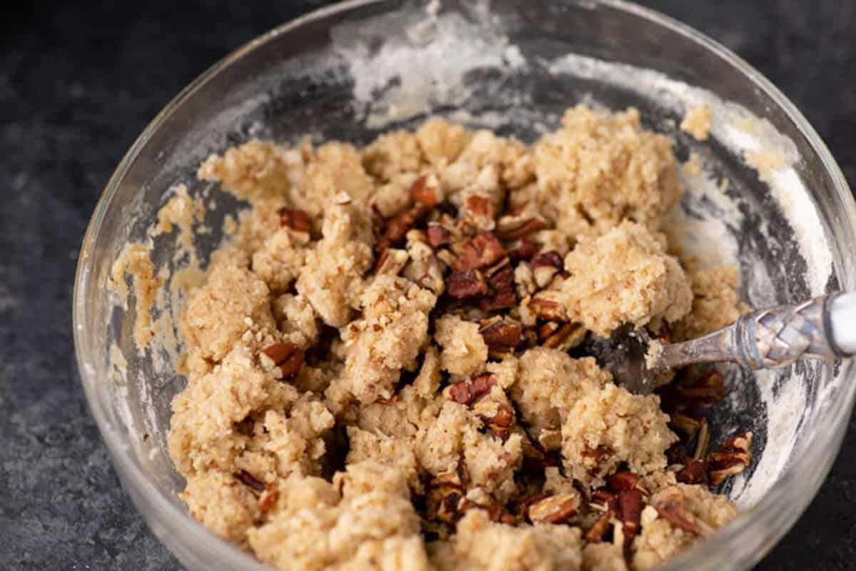 A bowl of crumble with pecanss
