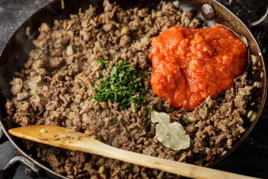 Meat sauce with crushed tomatoes and herbs